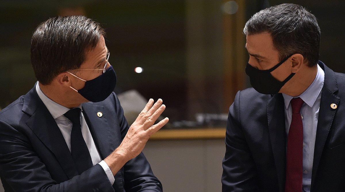 El primer ministro holandés, Mark Rutte, conversa con el presidente español, Pedro Sánchez, en un receso de la cumbre de líderes del Consejo Europeo, este lunes 20 de julio en Bruselas.