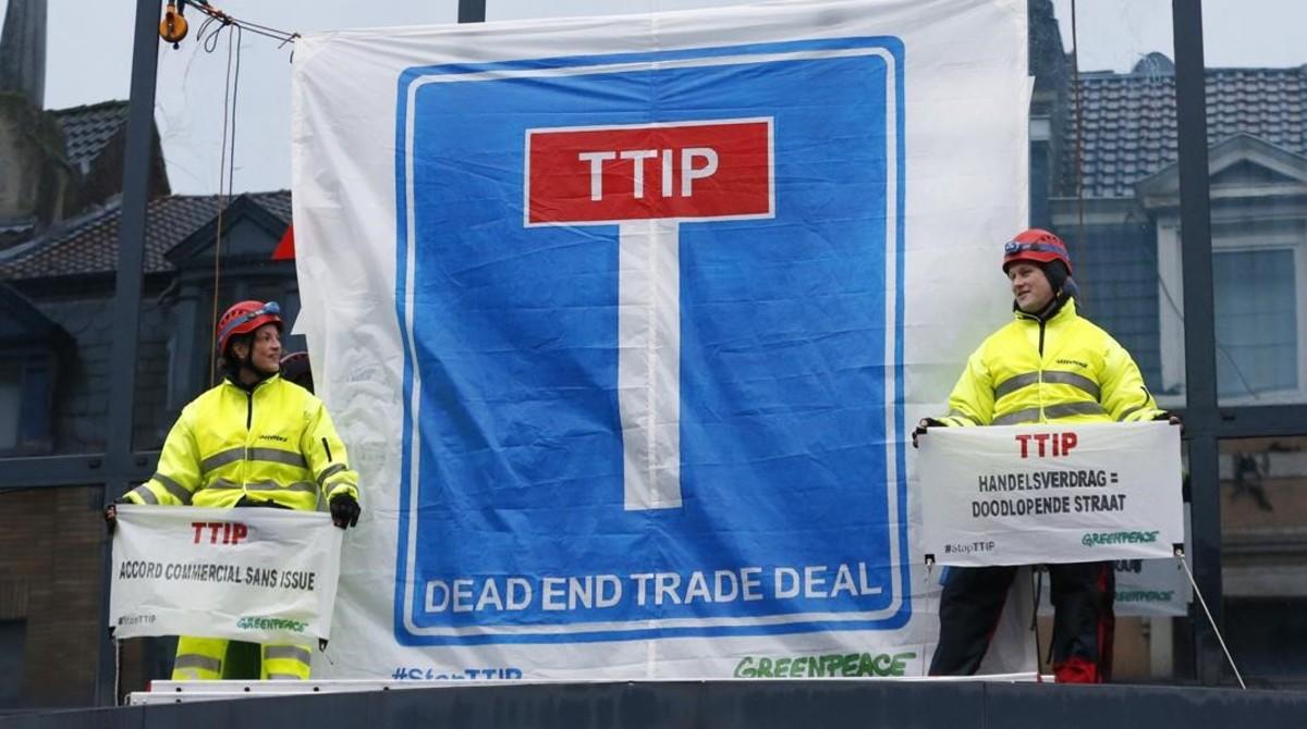 Protesta de Greenpeace contra el TTIP en Bruselas.