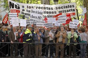 Pensionistas y jubilados se concentran para protestar contra el copago sanitariofrente al Ministerio de Sanidad, en Madrid.