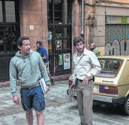 Quim Gutiérrez (derecha), en el rodaje de la miniserie en Asturias.