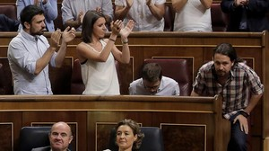 Ramón Espinar e Irene Montero aplauden a Pablo Iglesias en el Congreso.