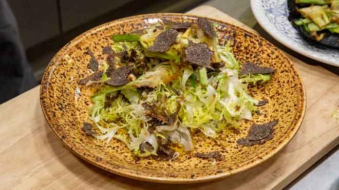 Cómo preparar una escarola con alcachofa y trufa.