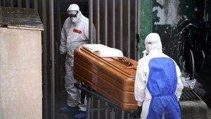Operariosde un servicio funerario se disponen a trasladar loscadaveres de varios ancianos fallecidos por coronavirus en el centro de mayores Vitalia, en la localidad madrileña de Leganés.