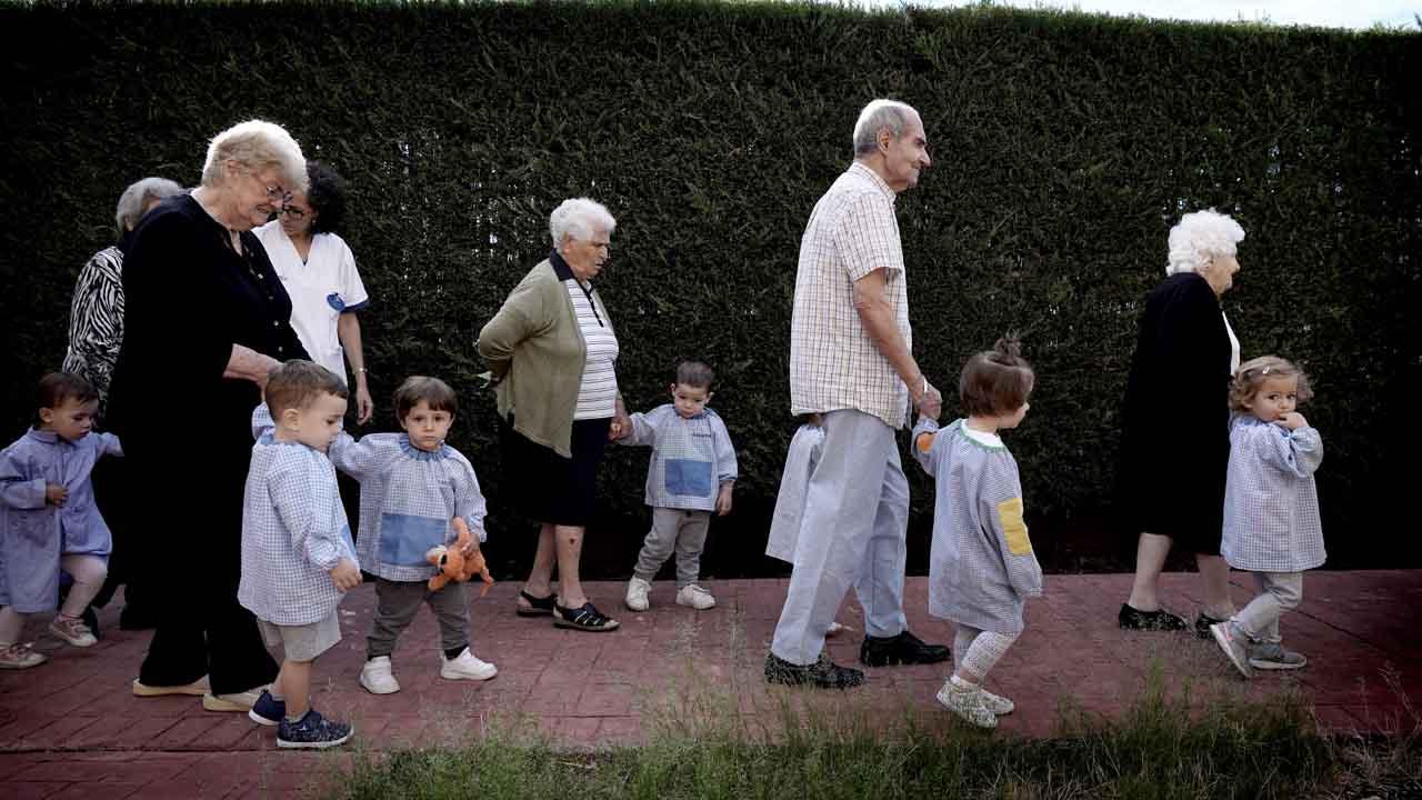 La residencia para la tercera edad Orepa, enMeco (Madrid), tiene una guardería en el mismo edificio para que abuelos y bebés realicen actividades juntos.