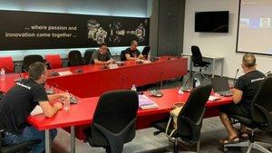 Representantes sindicales de Nissan durante una reunión de mediación.