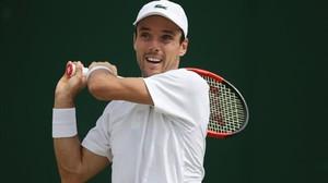 Roberto Bautista, en ación en Wimbledon ante Cilic.