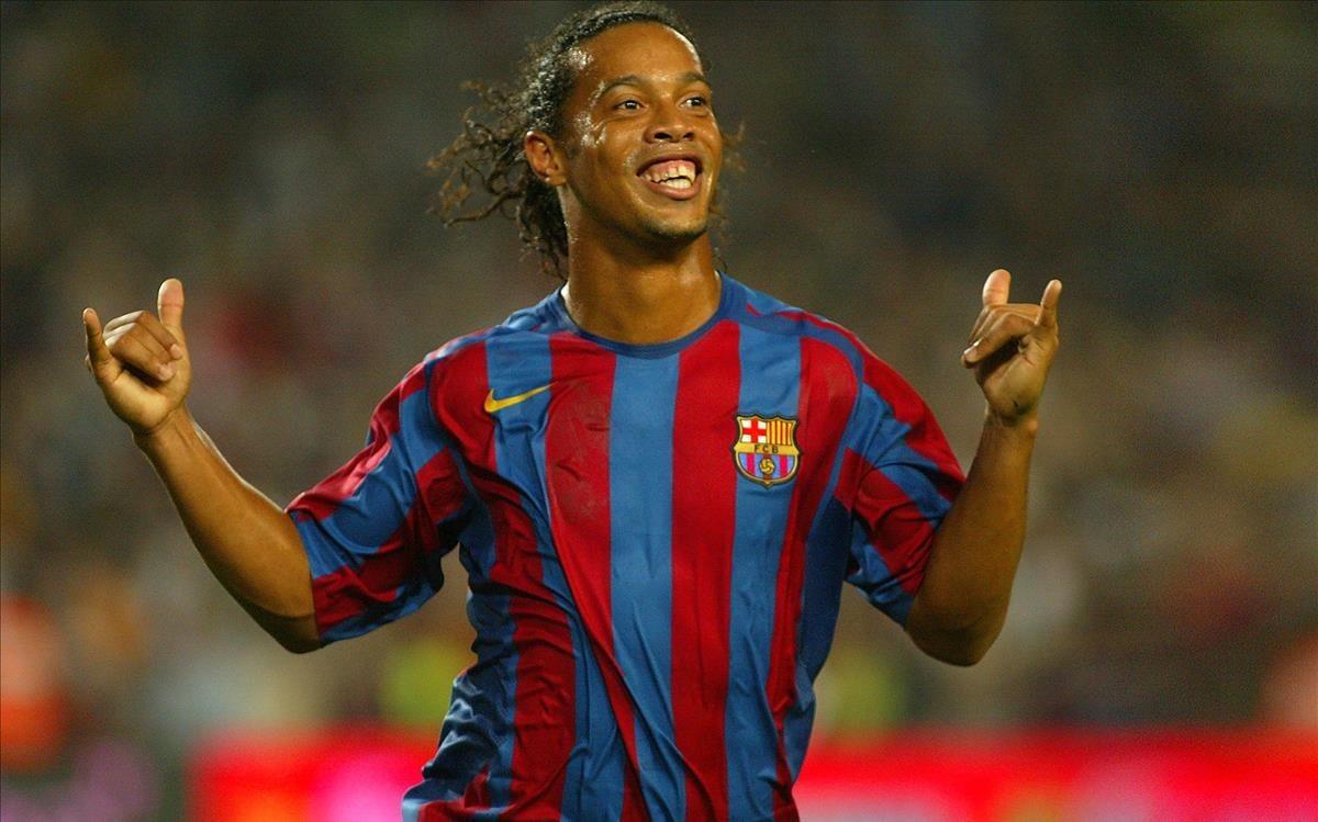 Ronaldinho, sonriente tras conseguir un gol en su etapa con el Barça
