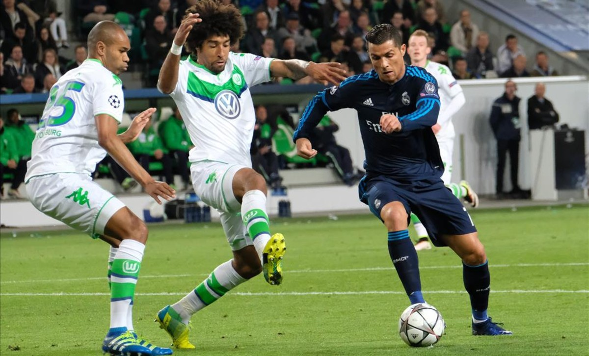 Ronaldo, tapado por Dante y Naldo, en el choque ante el Wolfsburgo.