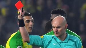 LàrbitreTony Chapron mostra la targeta vermella al defensa brasilerDiego Carlos, del Nantes.