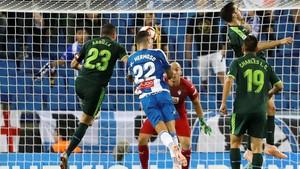 Mario Hermoso marca de cabeza el gol del triunfo perico.