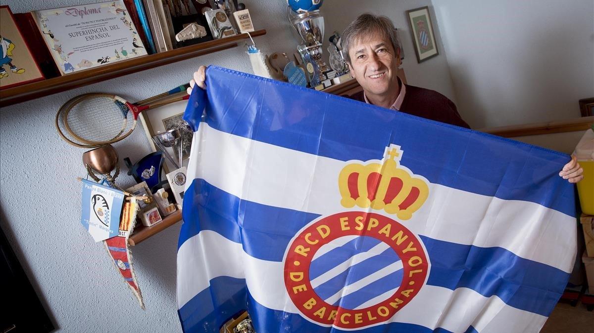 Ramón Rius, expresidente de la federación de peñas catalanas del Espanyol, posa para EL PERIÓDICO en su casa de Barcelona.
