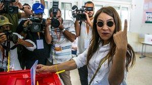 Salwa Karoui, esposa de un candidato a las presidenciales encarcelado, deposita su voto en Túnez.