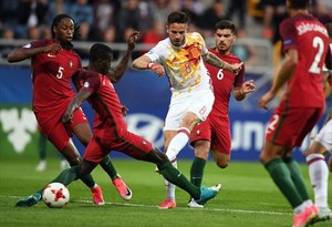 Saúl, rodeado de rivales, conecta un disparo raso que significó el primer gol español ante Portugal.