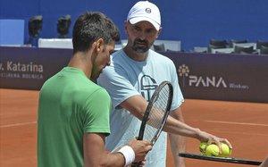 Ivanisevic aconseja a Djokovicdurante un entrenamiento.