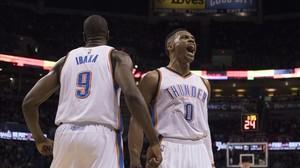Serge Ibaka y Rusell Westbrook celebran la canasta ganadora de Kevin Durant