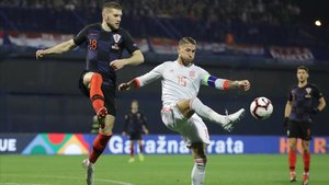 Sergio Ramos disputando un balón con Rebic en el Croacia - España