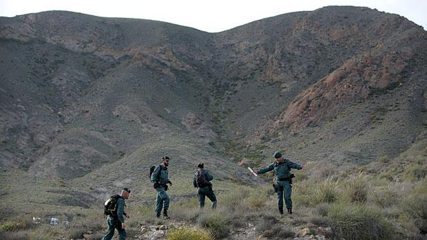 Agentes de la Guardia Civil rastrean en la zona de Las Negras, Almería, en busca del niño desaparecido Gabriel Cruz.