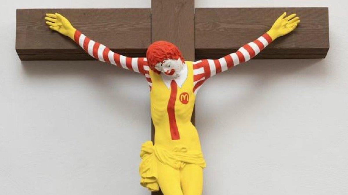 Un Ronald McDonald crucificado derivó en escándalo en Israel