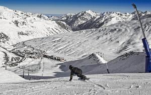 Un snowboarder desciende por una pista de Grandvalira, el pasado diciembre.