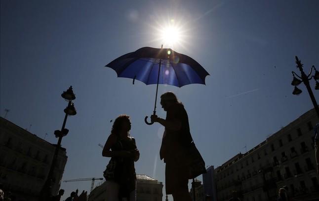 Vista de la Puerta del Sol de Madrid, bajo el intenso calor.