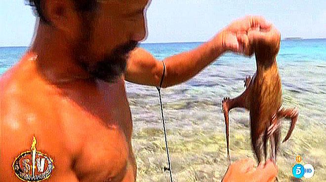José Luis, concursante de 'Supervivientes' (Tele 5), con el pulpo.