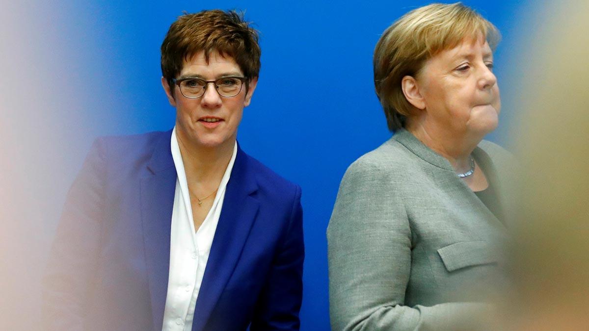 La sucesora de Merkel al frente de los conservadores no concurrirá a la Cancillería. En la imagen, Annegret Kramp-Karrenbauer y Merkel.