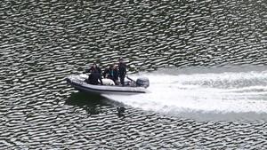 Mossos d'Esquadra trasladan uno de los cadáveres localizados en el pantano de Susqueda.