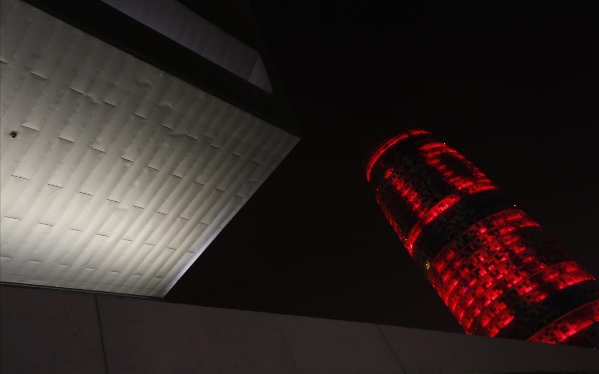 La torre Agbar iluminada con motivo del MWC 2018