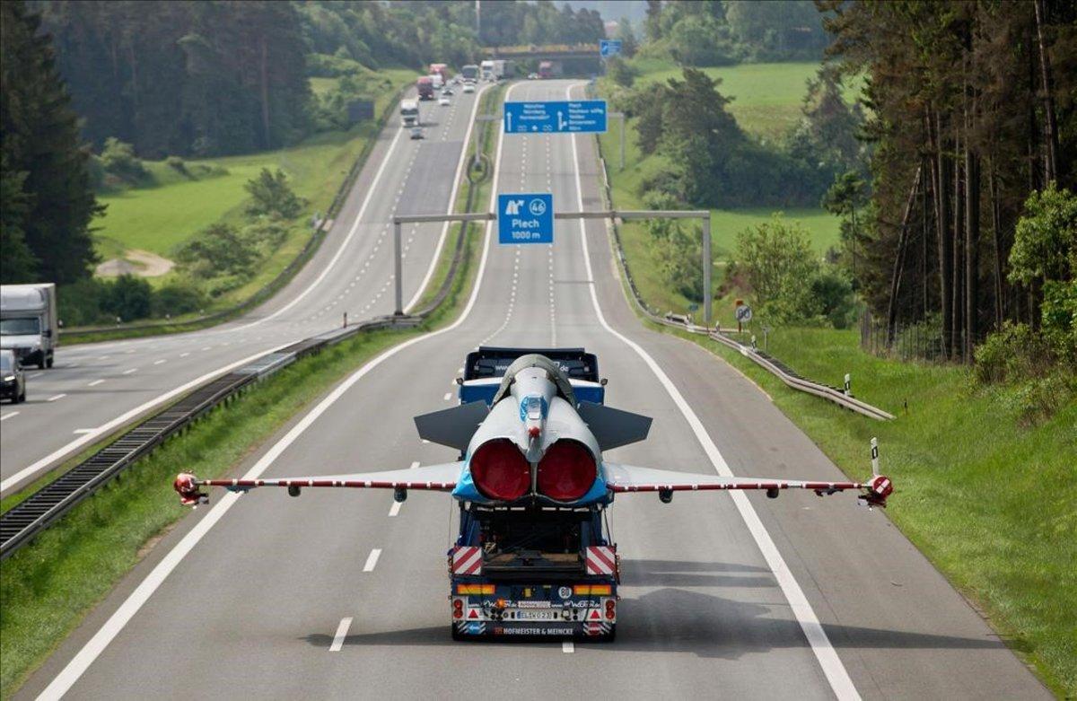 Traslado de un avión Eurofighter por una autopista alemana.