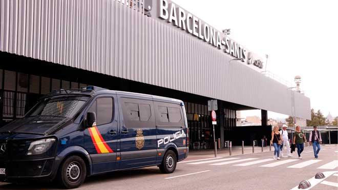 Tres furgonas de la Policía Nacional aparcadas delante de la estación de Sants.