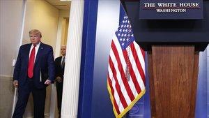 Trump, seguido del vicepresidenteMike Pence, el jueves antes de dar una rueda de prensa en la Casa Blanca.