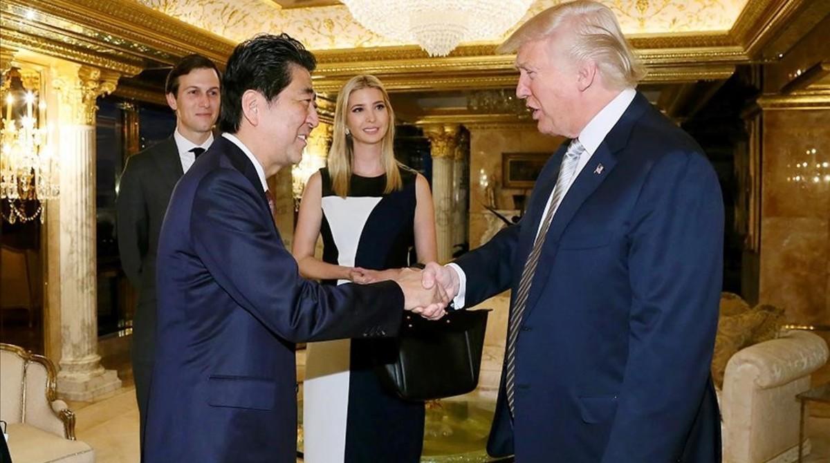 Trump saluda a Abe en presencia de Ivanka y su marido, Jared Kusher.