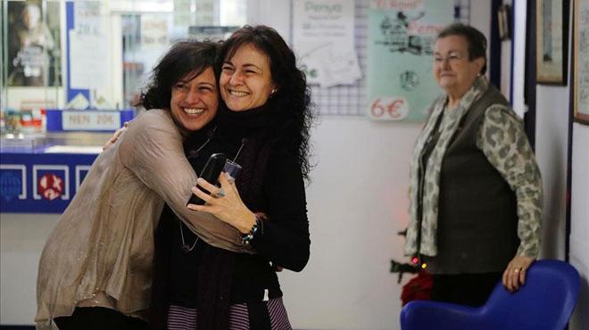 Montse y Miriam Malagelada se abrazan en la administración de la calle del Carme en el Raval.