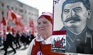 Una manifestante comunista porta un retrato de Stalin en Moscú.
