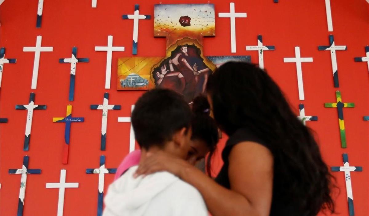 Una mujer hondureña ysu hijo, en un centro para inmigrantes de la 72 en Tenosique (México).