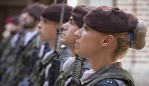 Una mujer soldado de la base del Ejército de Tierra en Valencia.