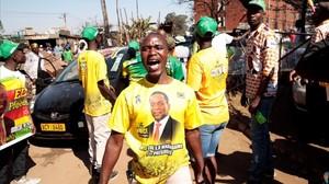 Una simpatizante de la Unión Nacional Africana de Zimbabue-Frente Patriótico celebra la victoria electoral de Mnangagwa.