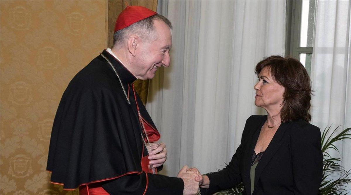 El cardenal Pietro Parolin y la vicepresidenta Carmen Calvo, en el Vaticano.