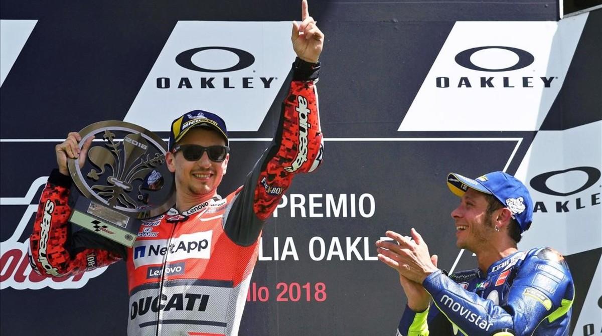 Valentino Rossi, que también salió derrotado de Ducati, aplaude a Jorge Lorenzo en el podio de Mugelo del pasado domingo.
