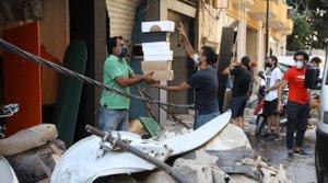 Varios comerciantes de Beirut tratan de recuperar parte de sus artículos entre las ruinas de la ciudad, este miércoles 5 de agosto.