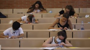 Varios estudiantes, durante las pruebas de acceso a la universidad, el pasado 7 de julio en la Universitat de Barcelona.
