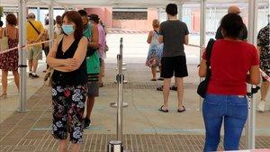 Vecinos del barrio de Sant Ildefons de Cornellà de Llobregat haciendo cola para hacerse una prueba PCR.