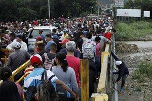 Miles de venezolanos cruzan la frontera con Colombia.