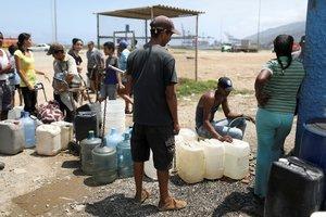 Losvenezolanos tratando de conseguir agua potable.