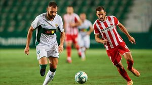 Verdú persigue a Stuani en el Martínez Valero en la ida del play-off de ascenso a Primera.