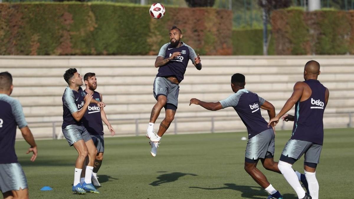 Vidal cabecea un balón en el entrenamiento de este sábado del Barça.