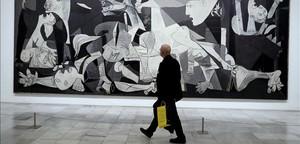 Un visitante, frente al 'Guernica'.