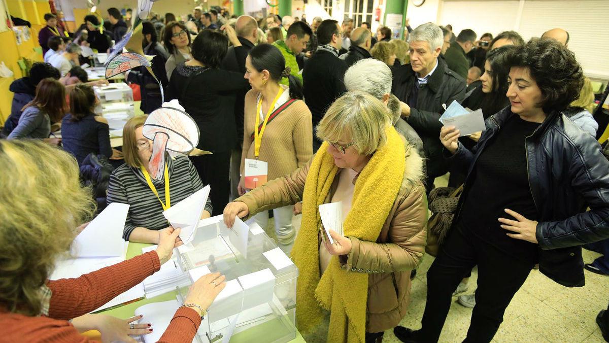 Ciudadanos acuden a votar en la Sedeta (Barcelona), en las elecciones autonómicas del 21 de diciembre del 2017.