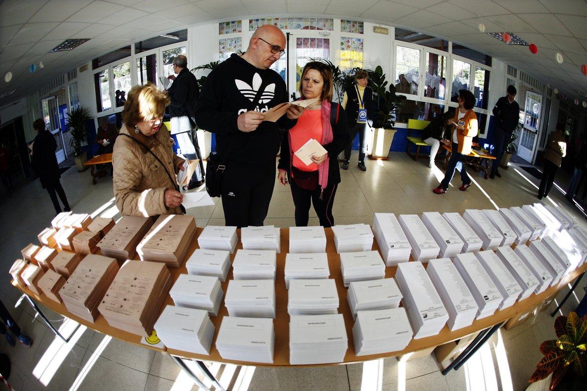 Votantes, en el colegio público Pinar del Rey de Madrid, el pasado 28 de abril.