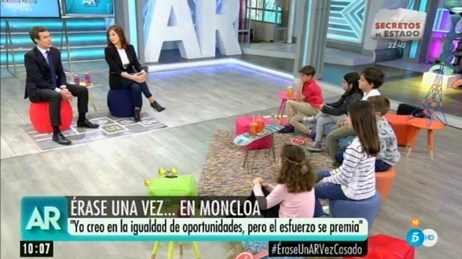Casado, Puigdemont i Torra, en un ascensor